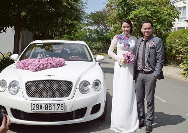 Hoàng Duy, ông xã đại gia của cô mang chiếc siêu xe 10 tỷ đồng tới đón vợ.