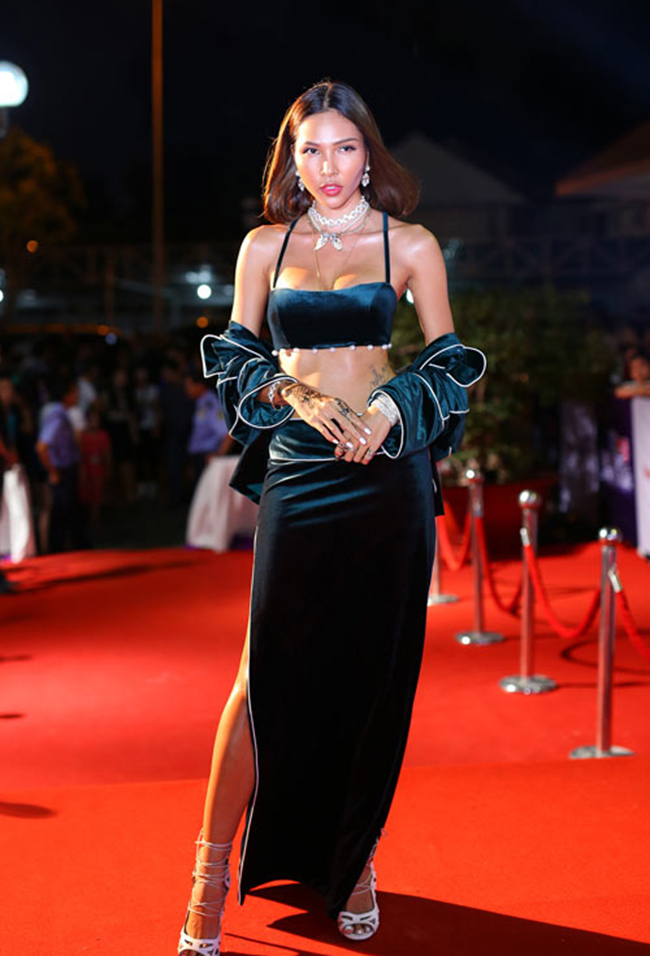Siêu mẫu Minh Triệuxuất hiện tại một sự kiện đầu tháng 1 với áo bra-top kết hợp với chân váy nhung xanh sẫm và áo choàng pyjama kém sang trọng.