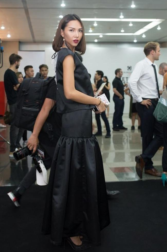 """Nổi tiếng với những bộ ảnh thời trang đẹp mắt song gần đây, gu thời trang dự sự kiện của Minh Triệu lại có phần hơi  lép vế . Bộ váy đen rộng thùng thình cộng với chất vải dày cùng thiết kế  độc  khiến Minh Triệu trở nên kém sang trọng khi đứng giữa một  """" rừng mỹ nhân """" ."""