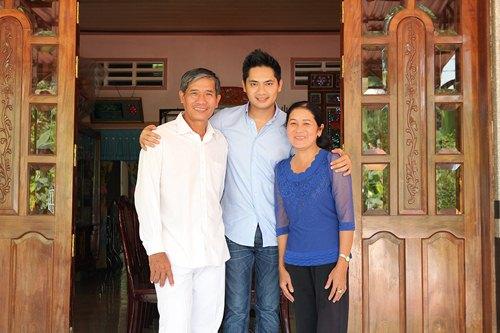 Minh Luân đưa bố mẹ đi làm từ thiện - 1