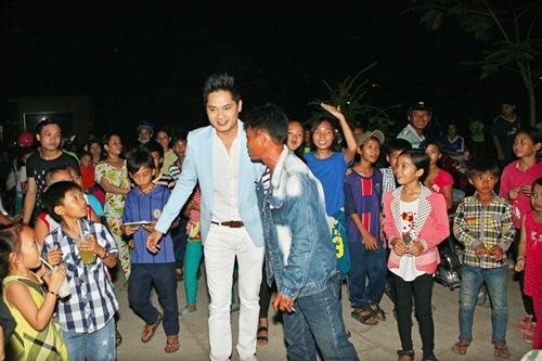Minh Luân đưa bố mẹ đi làm từ thiện - 8