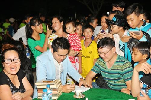 Minh Luân đưa bố mẹ đi làm từ thiện - 9