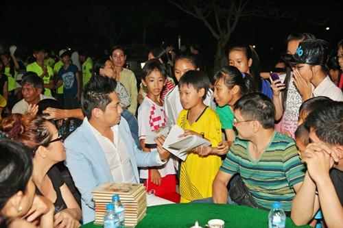 Minh Luân đưa bố mẹ đi làm từ thiện - 10