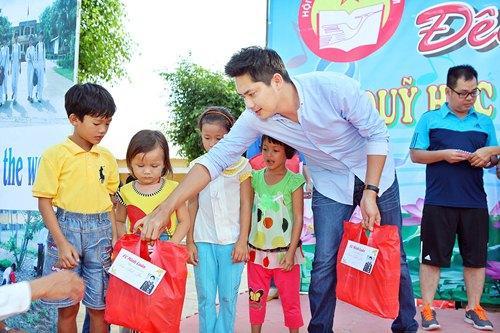 Minh Luân đưa bố mẹ đi làm từ thiện - 4