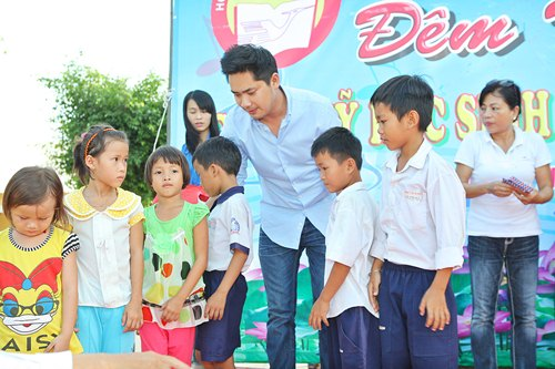 Minh Luân đưa bố mẹ đi làm từ thiện - 5