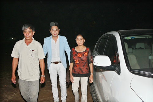 Minh Luân đưa bố mẹ đi làm từ thiện - 2