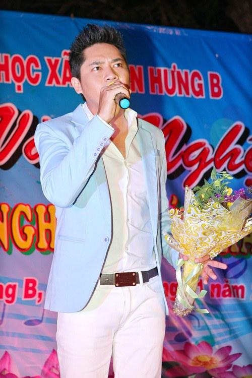 Minh Luân đưa bố mẹ đi làm từ thiện - 12
