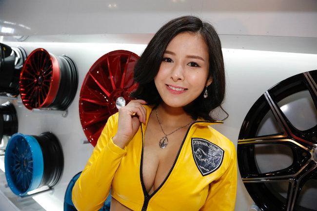 Người đẹp với khuôn mặt trái xoan, vòng 1 bốc lửa và nụ cười duyên dáng như bắt chết cánh mày râu tại Tokyo Auto Salon 2016.