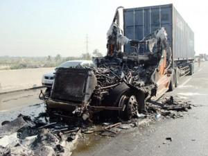 Tin tức trong ngày - Dùng bình chữa cháy mini dập lửa, container vẫn cháy rụi