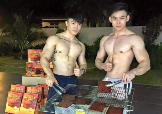 Hai chàng hot boy 'khoe thân' bán thịt khô gây 'sốt' - 1