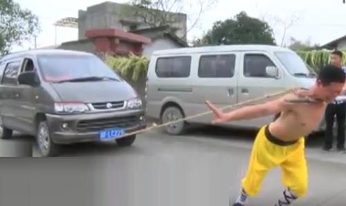 Rùng mình võ sư Thiếu Lâm đặt dao kề cổ kéo ôtô - 1