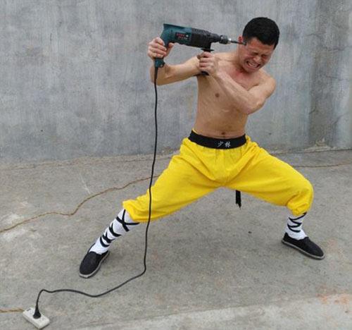 Rùng mình võ sư Thiếu Lâm đặt dao kề cổ kéo ôtô - 2