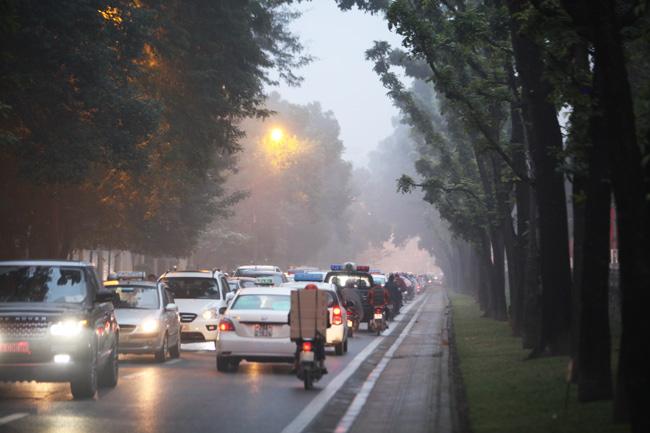 Ảnh: Sương mù biến HN chiều đông thành Sa Pa buổi sớm - 4