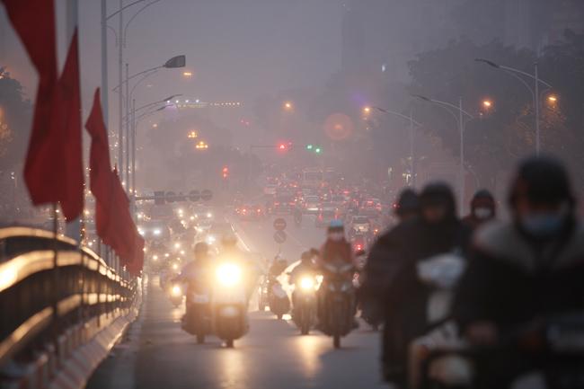 Ảnh: Sương mù biến HN chiều đông thành Sa Pa buổi sớm - 7