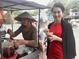 Đời sống Showbiz - Khoảnh khắc hồn nhiên của sao Việt lê la quán vỉa hè