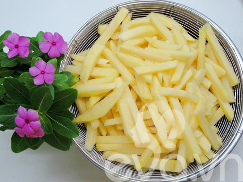 Cách làm khoai tây chiên giòn thơm, vàng ruộm - 2