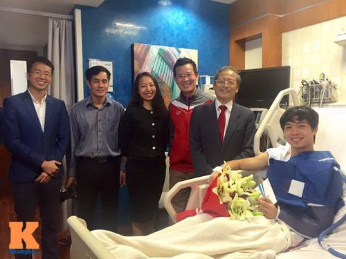 Nằm viện, Công Phượng được Đại sứ Việt Nam ở Qatar đến thăm - 1