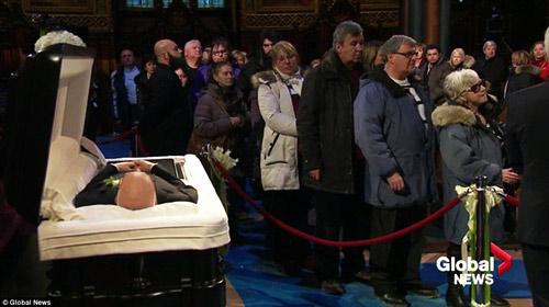 Dòng người đứng trong giá rét tiễn đưa chồng Celine Dion - 1
