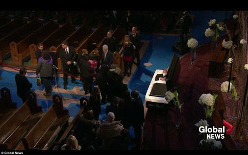 Dòng người đứng trong giá rét tiễn đưa chồng Celine Dion - 2