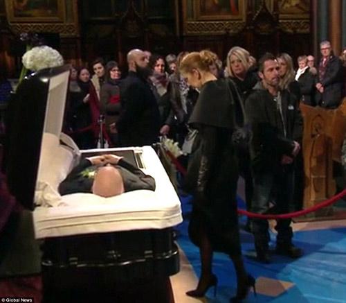 Dòng người đứng trong giá rét tiễn đưa chồng Celine Dion - 4