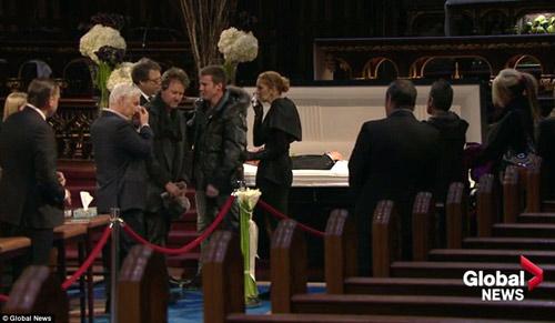 Dòng người đứng trong giá rét tiễn đưa chồng Celine Dion - 7