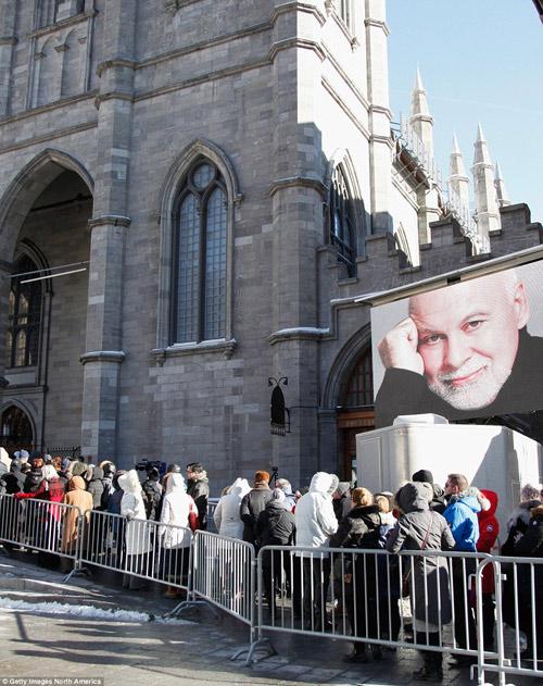 Dòng người đứng trong giá rét tiễn đưa chồng Celine Dion - 9