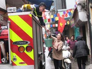 Tin tức trong ngày - Nhà 3 tầng phát hỏa, dân xách từng xô nước chữa cháy