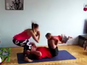 Cặp đôi vừa tập thể dục vừa trông con cực hài hước