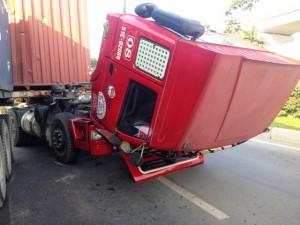 """Container """"gãy đầu"""" sau va chạm, giao thông tê liệt"""