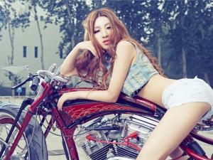 Đứng ngồi không yên trước mỹ nữ gợi cảm bên Harley