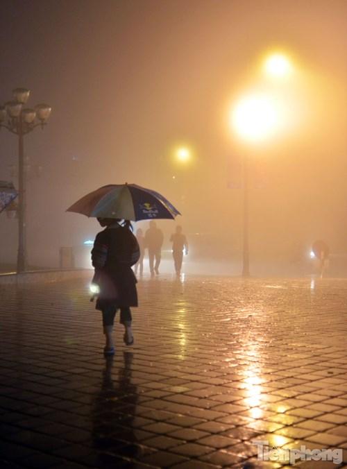 Sapa: Quấn chăn xuống đường mưu sinh trong mưa rét - 3