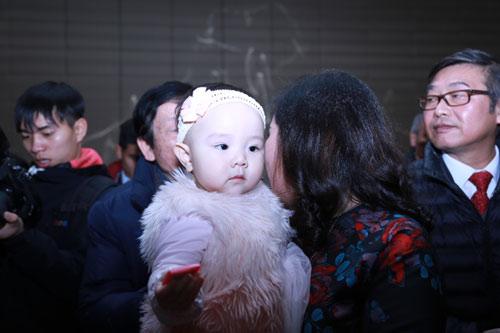 Con gái Trang Nhung ngơ ngác trong tiệc cưới bố mẹ - 5