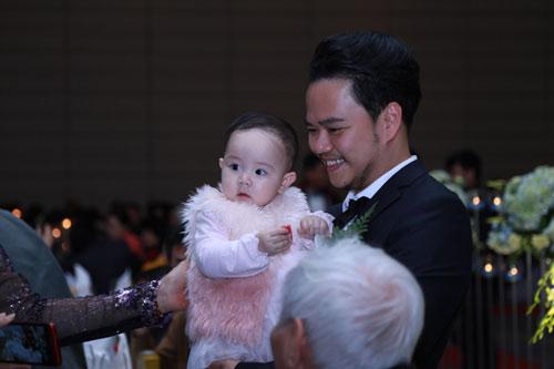 Con gái Trang Nhung ngơ ngác trong tiệc cưới bố mẹ - 4