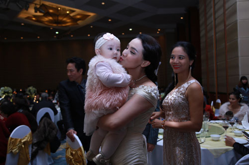Con gái Trang Nhung ngơ ngác trong tiệc cưới bố mẹ - 3