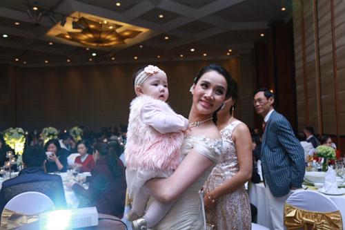 Con gái Trang Nhung ngơ ngác trong tiệc cưới bố mẹ - 2
