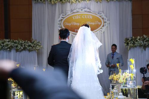 Con gái Trang Nhung ngơ ngác trong tiệc cưới bố mẹ - 7
