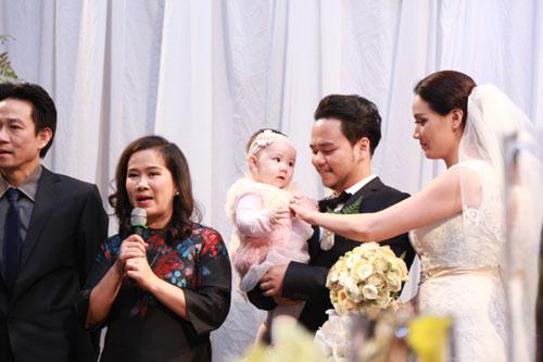 Con gái Trang Nhung ngơ ngác trong tiệc cưới bố mẹ - 12