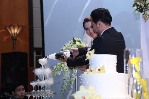 Con gái Trang Nhung ngơ ngác trong tiệc cưới bố mẹ - 10