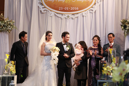 Con gái Trang Nhung ngơ ngác trong tiệc cưới bố mẹ - 9