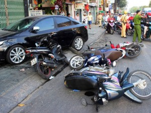 """Tin tức trong ngày - Xe """"điên"""" đại náo, tông liên tiếp 6 xe máy ở Sài Gòn"""