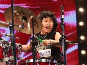 Giám khảo Got talent 'bật' khỏi ghế vì tay trống 8 tuổi