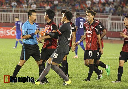 So tài bóng đá Việt – Thái lại có bàn thắng tranh cãi - 3