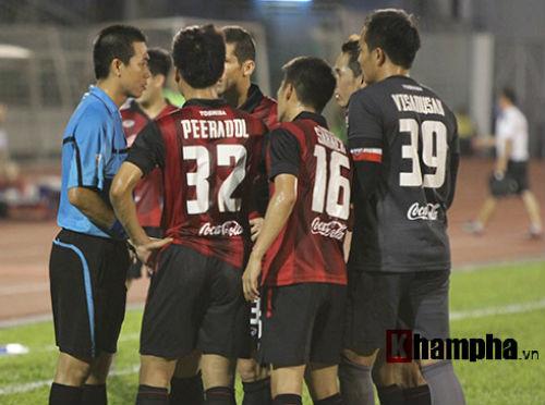So tài bóng đá Việt – Thái lại có bàn thắng tranh cãi - 7