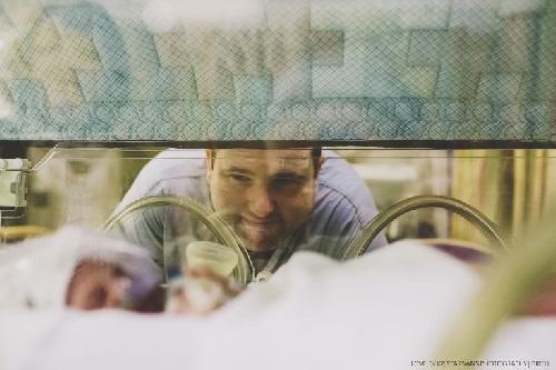 Xúc động khoảnh khắc cha đón con chào đời - 6