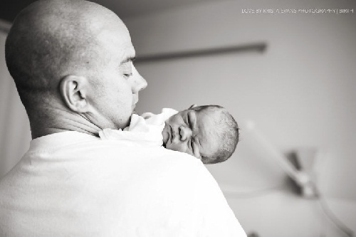 Xúc động khoảnh khắc cha đón con chào đời - 7