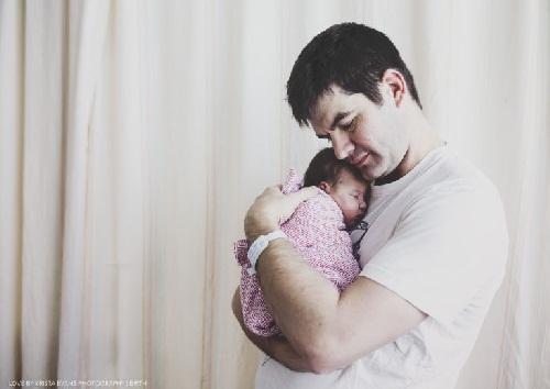 Xúc động khoảnh khắc cha đón con chào đời - 9