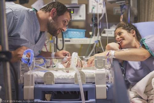 Xúc động khoảnh khắc cha đón con chào đời - 12