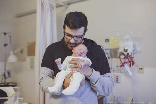 Xúc động khoảnh khắc cha đón con chào đời - 14