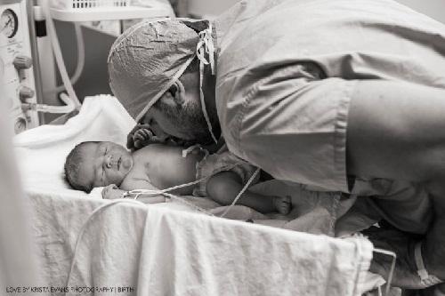 Xúc động khoảnh khắc cha đón con chào đời - 15