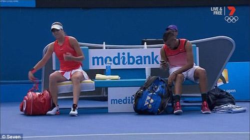 """""""Trai hư"""" tennis ngang nhiên nghe điện thoại lúc thi đấu - 3"""